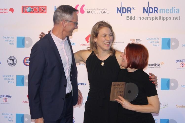 Judith Lorentz mit Labelchef Robert Wildgruber und der Programmverantwortlichen von Random House